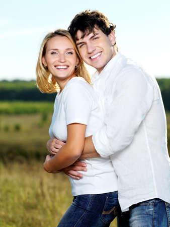 caucasico: Retrato de joven feliz pareja hermosa naturaleza  Foto de archivo