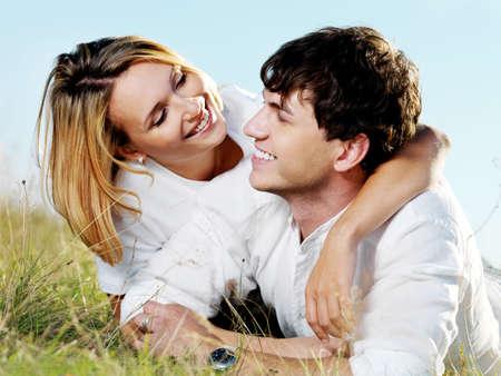 coquetear: Retrato de joven feliz pareja hermosa naturaleza  Foto de archivo