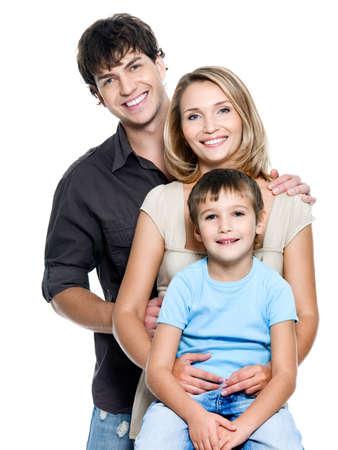 fondo blanco: Familia de joven feliz con ni�o bonito posando sobre fondo blanco