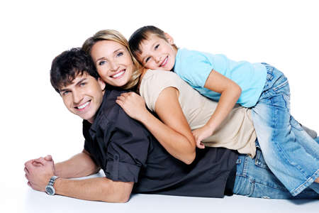 familia abrazo: joven familia feliz con ni�o posando sobre fondo blanco