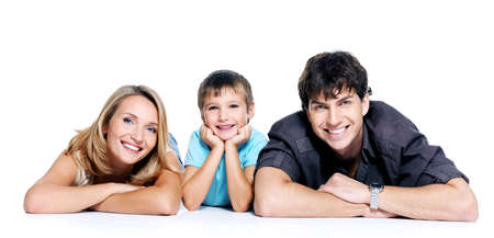 persona feliz: joven familia feliz con ni�o posando sobre fondo blanco