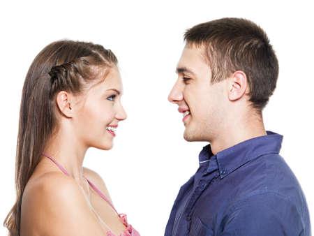 hombre de perfil: Dos sonrientes j�venes que data - aislados en el blanco