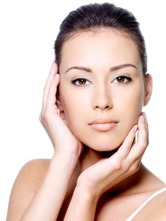 Belle jeune femme tracer son visage propre sain - isolé sur fond blanc