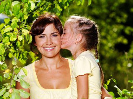 mom daughter: Feliz retrato de la madre y al aire libre de hija poco  Foto de archivo
