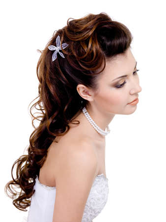 coiffure: Pretty  woman with beautiful wedding hairstyle, long curly hairs - isolated on white