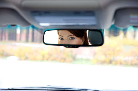 reflexion: Reflexi�n de ojos femeninas en Sal�n de un espejo de coche  Foto de archivo