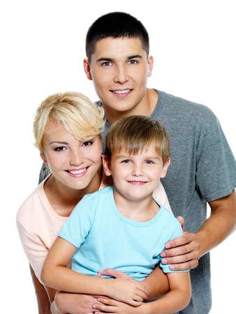 familia abrazo: Familia de joven feliz con el hijo de 6 a�os, posando sobre fondo blanco