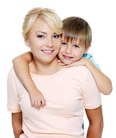 madre e hijo: Feliz retrato de la madre y el hijo de seis a�os. Aislados en blanco