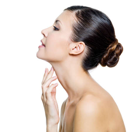 the neck: Giovane donna bella toccando con le dita suo collo - isolato su sfondo bianco