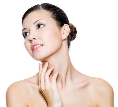 collo: Giovane donna bella toccando con le dita suo collo - isolato su sfondo bianco