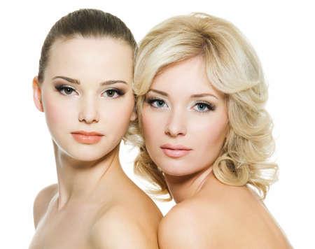 Jolie visages des belles sexy jeunes adultes femmes posant sur fond blanc