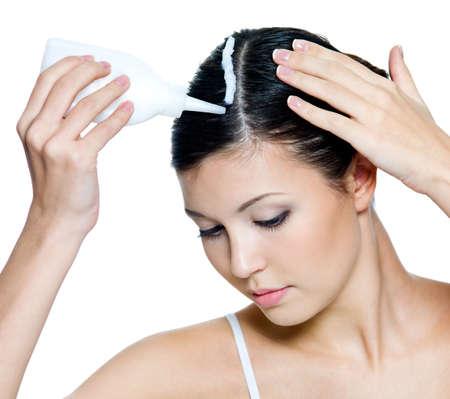tinte cabello: Retrato de la joven y bella mujer te�ido de pelos - aislados en blanco