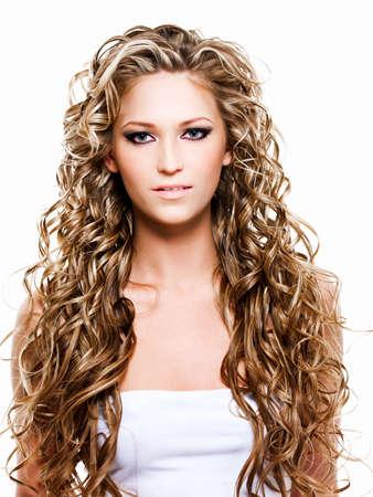cabello rizado: Retrato de mujer con cabello largo hermoso  Foto de archivo