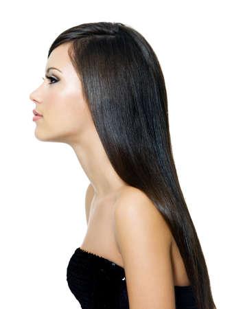 capelli lunghi: Bella donna con hai tempo dritto marrone, isolato su sfondo bianco. Ritratto di profilo.