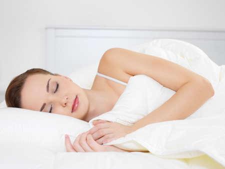 Young beautiful Woman sleeping, liegend auf der Seite im Schlafzimmer Standard-Bild - 8347442
