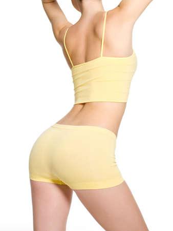 허리의 잘룩 한 선: 아름다운 스포티 한 엉덩이와 날씬한 허리의 잘룩 한 젊은 여자 - 흰색에 고립