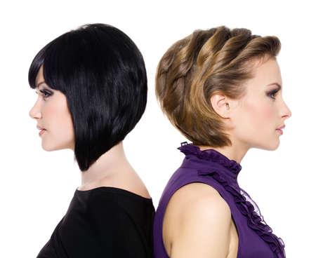 capelli LISCI:  Profilo di facce di due ragazze adulte attraente back to back in piedi