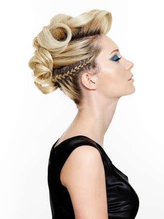 美しい近代的なヘアスタイル - 白い背景で隔離の女性