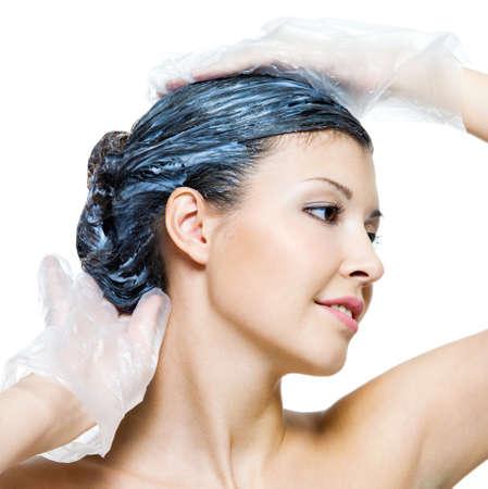 tinte cabello: Retrato de la joven y bella mujer te�ido de pelos - aislados en blanco Foto de archivo