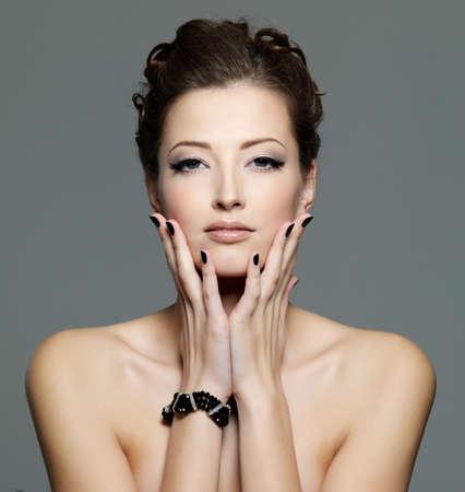 femme noire nue: glamour sexy jeune femelle avec les ongles noirs et le maquillage de le ?il. Portrait de front Banque d'images