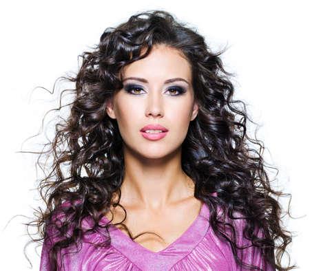 Compongono il volto di una bella donna giovane con i capelli castani lunghi riccioli e moda scuro. Isolated on white Archivio Fotografico