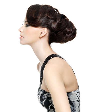 profil: Profil anzeigen: beautiful brunette junge Frau mit Mode Frisur - isoliert