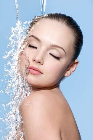 Jeune sensualité belle adolescent avec la peau propre avec peu d'eau - fond bleu Banque d'images - 9002542