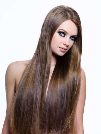 capelli lunghi: Bei capelli lisci lungo rettilineo della giovane donna-isolato su sfondo bianco