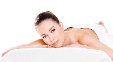 masaje corporal: Mujer de belleza relajante sobre un fondo de almohada - blanco Foto de archivo