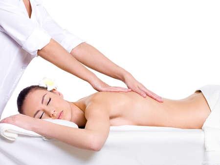masaje: Spa de masajes para terapia de tratamiento de belleza de hermosa mujer bonita - aislado en fondo blanco-