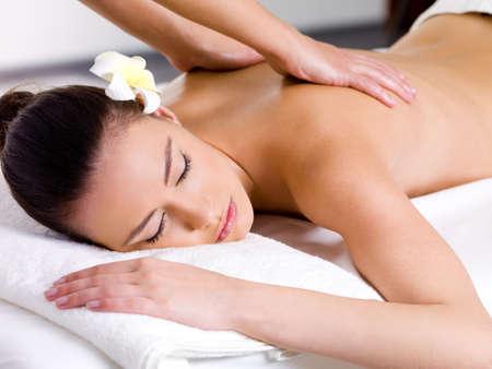 massaggio: Bella donna avendo rilassante massaggio sulla schiena in salone spa
