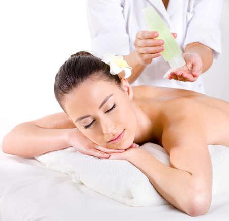 olio corpo: Heathy massaggio per la giovane donna con un trattamento di bellezza - orizzontali - oli aromatici Archivio Fotografico
