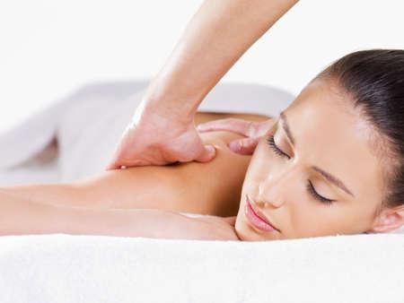 masajes relajacion: Primer plano claro de mujer relajante masaje sobre su fondo de hombro - blanco