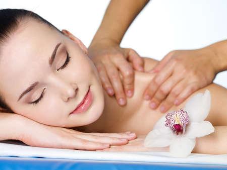 main sur l epaule: Massage sur l'�paule de dirl belle dans le salon de beaut� - horizontale