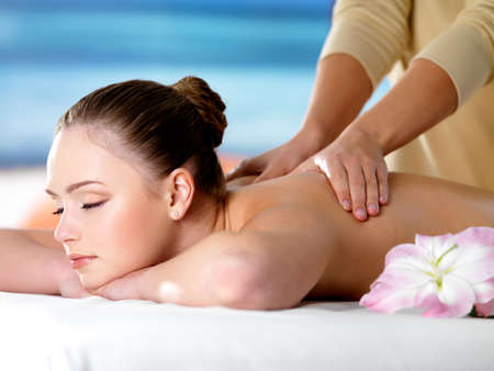 village vacances: Jeune fille belle dans le salon de beaut�, spa de massage obtenir - fond color�