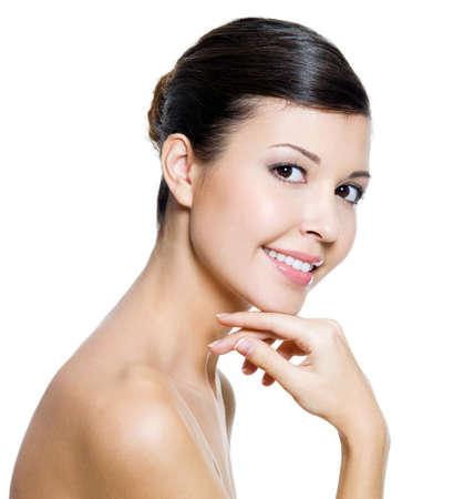 perfil de mujer rostro: Mujer feliz hermosa con la piel de la salud de una cara - sobre fondo blanco