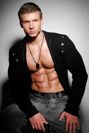 hombres musculosos: Persona de sexo masculino hermoso y excelencia.