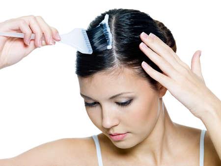 tinte cabello: Hermoso cabello teñido de mujer joven - aislado en blanco. Vista de ángulo alto