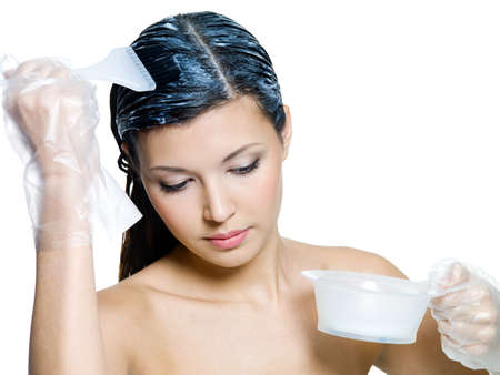 tinte de cabello: Hermosa mujer te�ido pelo casta�o - aislado en blanco