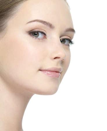 puros: Rostro de mujer joven con la piel limpia y fresca close-up - aislados en blanco