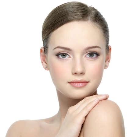 Portrait de jeune fille jeune et belle avec une peau propre et le joli visage - fond blanc