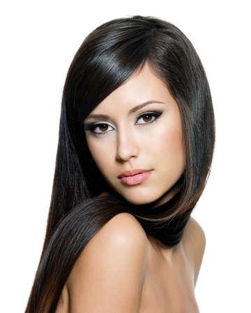 capelli lunghi: Bella donna con lunghi capelli lisci castani guardando la fotocamera, isolato su sfondo bianco