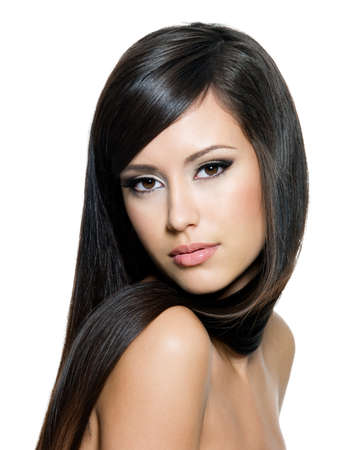 cabello lacio: Mujer bonita con el pelo largo y marrón recta mirando a cámara, aislado en fondo blanco