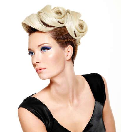 美しい女性の目 - 白い背景で隔離の近代的なヘアスタイルやファッション メイク