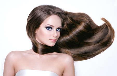 cabello negro: Retrato de una mujer joven hermosa con el pelo largo y ojos brighr maquillaje negro-horizontal Foto de archivo