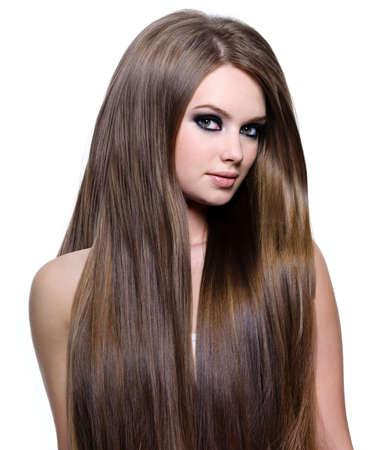 lang haar: Vrouw met mooie gezonde lang steil haar - op witte achtergrond Stockfoto