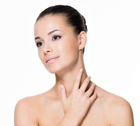the neck: Bella donna che si prende cura del collo in posa in studio isolato su bianco