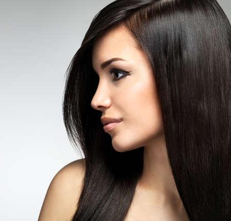 profil: Pretty Woman mit langen braunen Haaren. Profil Portrait der Mode-Modell posiert im Studio.