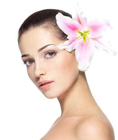 꽃과 함께 젊은 여자의 아름다움 얼굴. 미용 치료 개념. 흰색 배경 위에 초상화 스톡 콘텐츠