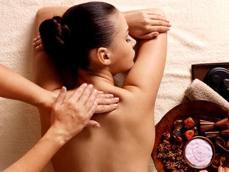 massaggio: Massaggiatore facendo massaggio sul corpo della donna nel salone spa. Bellezza concetto di trattamento.